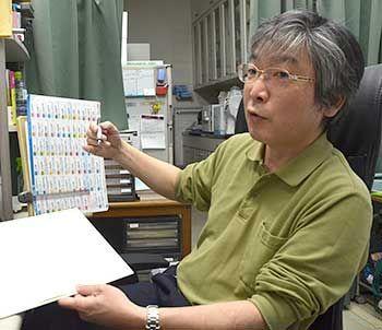 予防接種の効果について説明する玉井修院長=9日、那覇市の曙クリニック