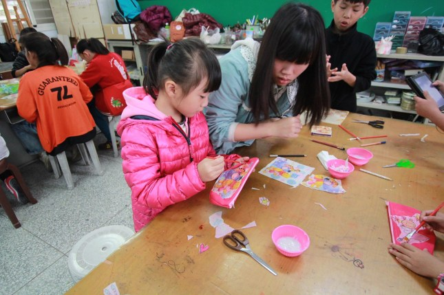 臺觀學生帶領小學生童玩與手工藝品的製作4