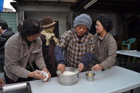 5.羅桂英農友親自操作米餅乾原料混合