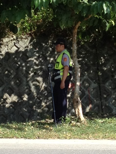 警察躲在樹下