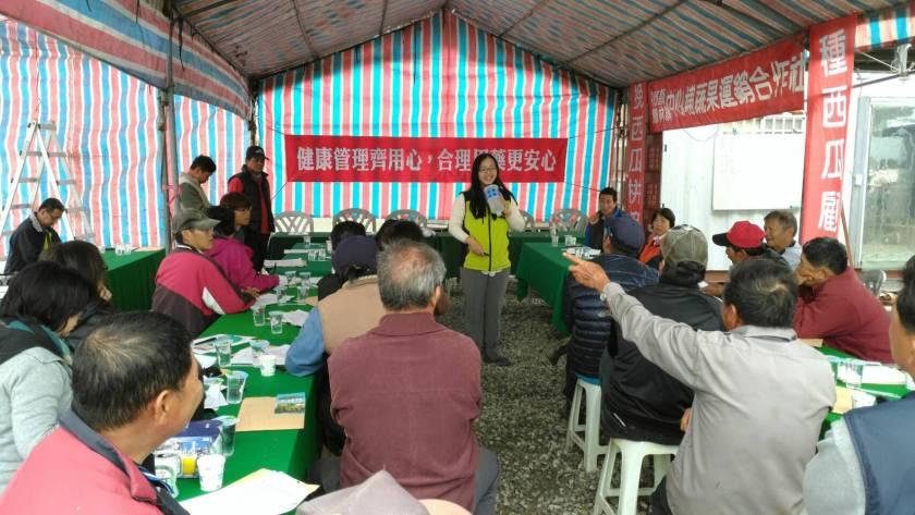 農友認真聆聽學習如何防治西瓜病蟲害及使用安全性植保資材