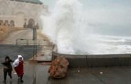 أمواج عملاقة تضرب سواحل الدارالبيضاء تثير فزع البيضاويين