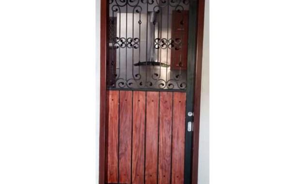 Desain Pintu Besi Outdoor Tunggal Dengan Kombinasi Kayu