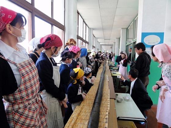 東生口小学校 ジャンボ巻寿司づくり