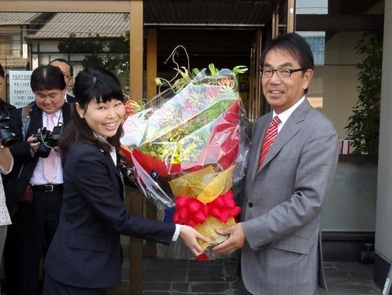 27日、初登庁で職員から花束を受け取る平谷氏