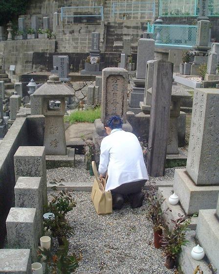 ほったゆみさん(本因坊秀策墓碑にて)