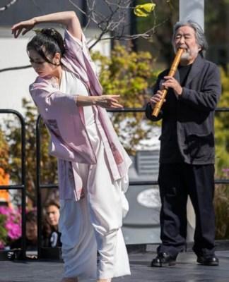 小椋蘭香さん(舞踏)と古賀教授(尺八)