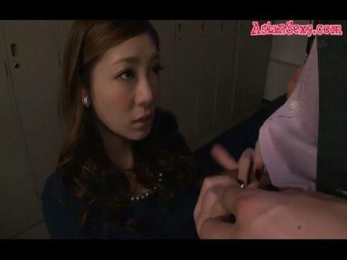同僚に秘密を知られて口封じに肉棒を咥えおまんこする妖艶美人妻のひとずま動画gyousha