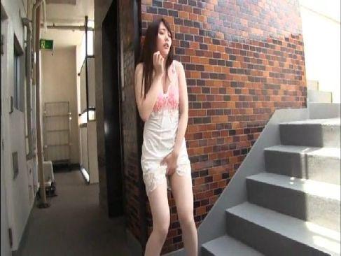 エロ命令に従い非常階段で巨乳やおまんこを弄ってる美人妻のひとずま無料 kyokonn ヌーサ
