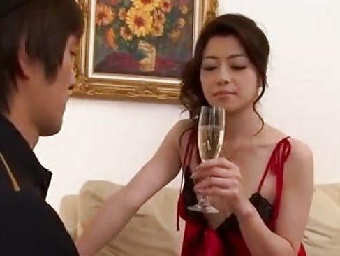 ホテルでルームサービスの品を持ってきたボーイを誘惑し襲っちゃう美熟女な無修正奥様動画