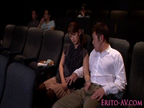 映画鑑賞に飽きた可愛い人妻が旦那に悪戯をしてチンポを手コキやフェラしてる夫婦の動画無料告白