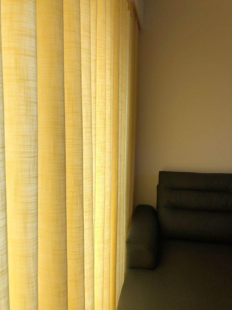 色彩鮮明鵝黃色窗簾