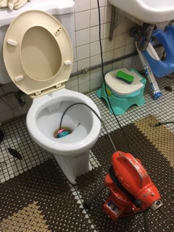 阿威通管行 中正區包通 中正區通馬桶堵塞 玩具掉入馬桶