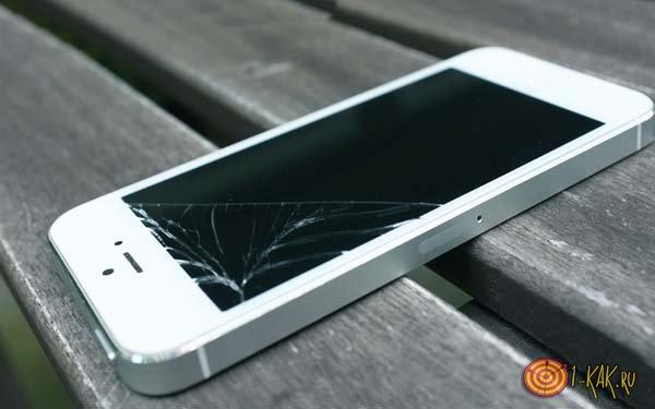 Iphone 5 rotto sul tavolo