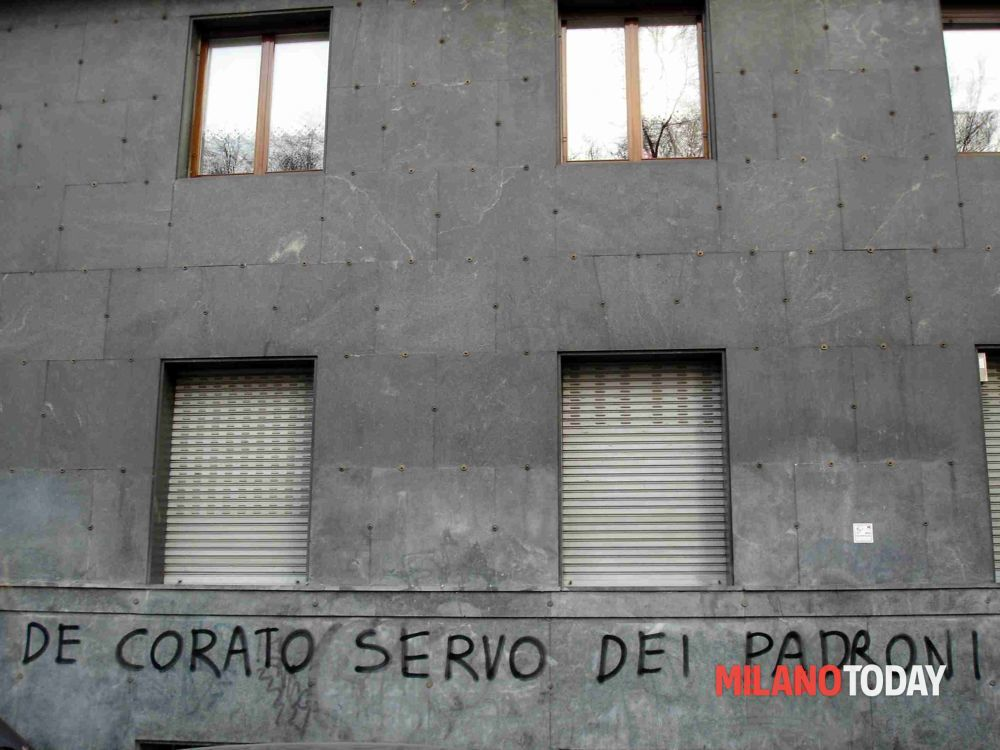 Foto Scritte occupazione contro De Corato da Milano