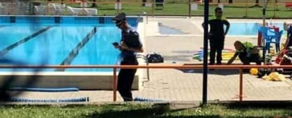 Si tuffa in piscina durante la festa di matrimonio e sta