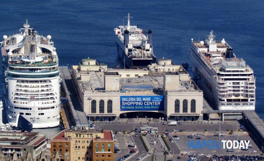 Porto di Napoli arrivano 600 migranti su una nave della Marina Militare