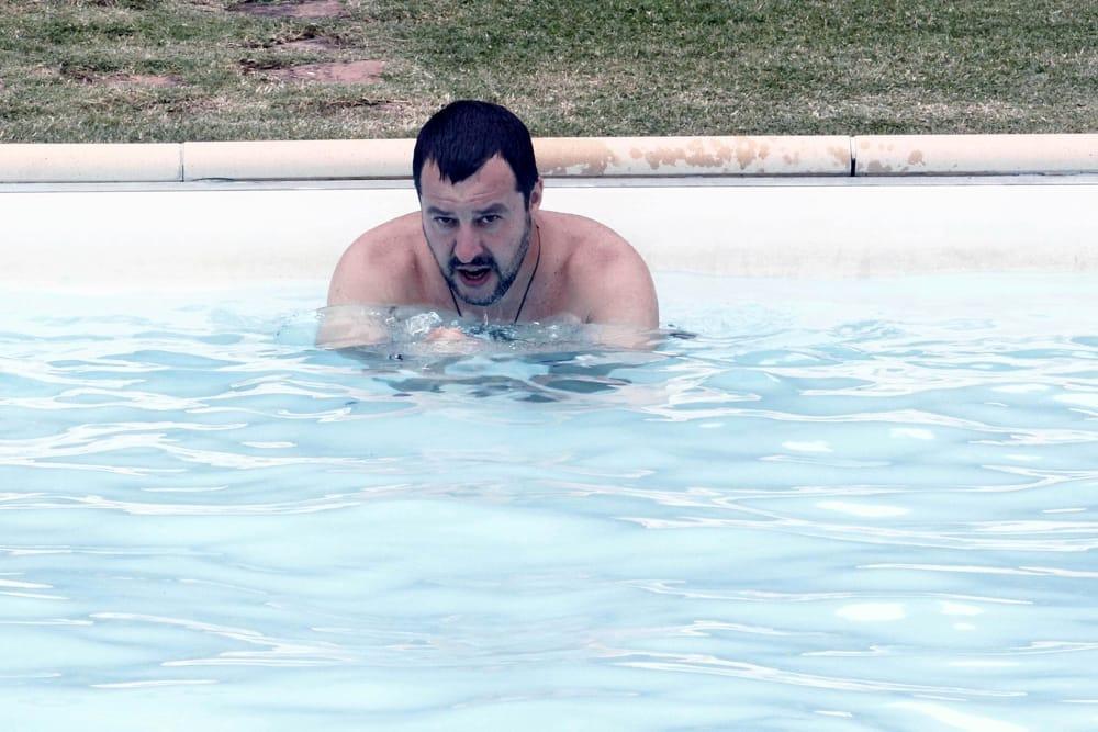 Salvini bagno in piscina nella villa confiscata