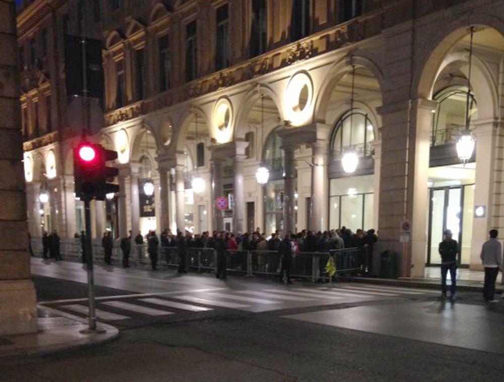 Uscita iPhone 6 coda alla Apple di via Roma a Torino