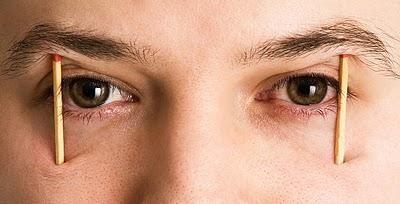Resultado de imagem para pessoa com palito nos olhos