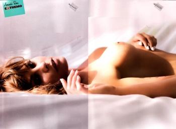 Amanda Rosa mostrando tetas acostada en la cama