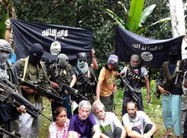 <p>VIST FREM: Dette bildet ble lagt ut på en islamistisk Twitter-konto tirsdag. Det viser gislene som ble bortført på Filippinene i september. Helt t.h. nederst sitter nordmannen Kjartan Sekkingstad. Foto: Twitter / NTB scanpix</p>