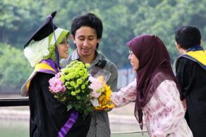 Foto ini masuk official page-nya UI loh *penting. Hahahaha. Bersama ibuk dan si (mantan pacar yang sidangnya bareng :P)