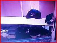 殺人未遂。店員を殺害しようと頭頂部にナイフを突き立てた男とそのまま追いかける店員。