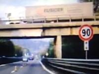 イタリアでトラックの重さに耐えられなかった高架橋が崩壊し下を走っていた車が潰されて死亡。
