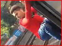 電車から身を乗り出していた少年が柱とバチーン!と激突して死亡(°_°)