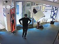 アメリカで約3.3億円の絵画がナイフで切り裂かれる。犯行の瞬間が監視カメラに。