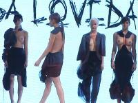 隠す気なくてワロタ。いまファッションショーの動画があついらしい。