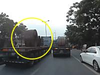 固縛が甘かった事故。トラックの荷台から重さ60トンの荷崩れが起きて(°_°)