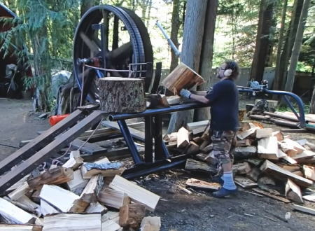あまりにも危険。薪割りを楽にするためにみんなが考えた機械の動画が恐ろしい。