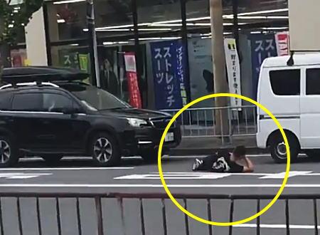 この男、謎すぎるwww交通トラブルで道路に寝るという斬新な煽り?を披露した男。