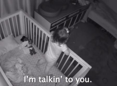 ベビーモニターが記録した幼い兄弟のやりとりに心がキュンとして優しい気持ちになる動画。