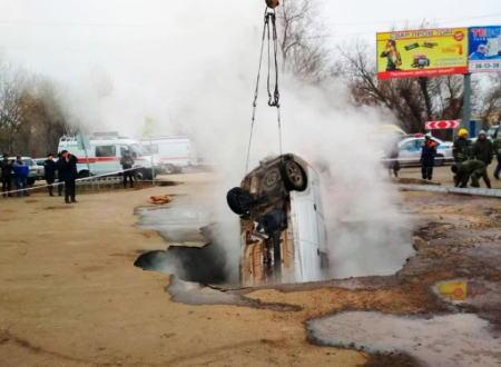 熱湯で満たされた穴に車が落下して乗員2名が亡くなった恐ろしい事故の映像が公開される。