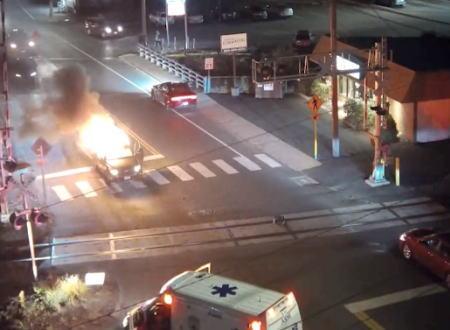 何が爆発した!?走行中に突然爆発した車とそのドライバーを救ったヒーロー。