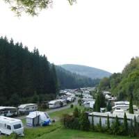 Im Schwarzwald Schlafen im Fass, Yoga auf Hölzern und Zelten direkt am Wasser