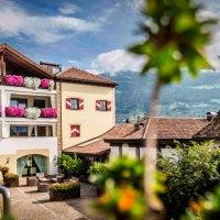 Gourmethotel in den Obst- und Weinbergen über Meran in Südtirol