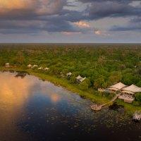 Beim DumaTau Camp in Botswana schwimmen riesige Elefantenherden vor der Terrasse vorbei