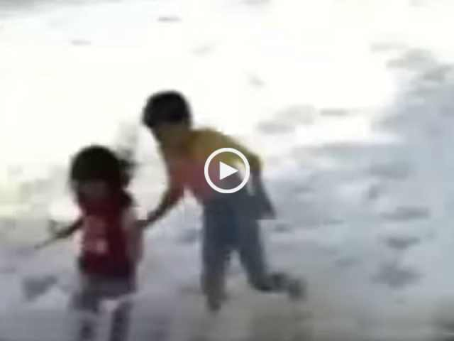 Filmar o Tsunami?! Ou salvar os seus filhos?!