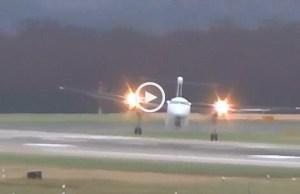 Avião 'luta' contra o vento e faz aterragem impossível