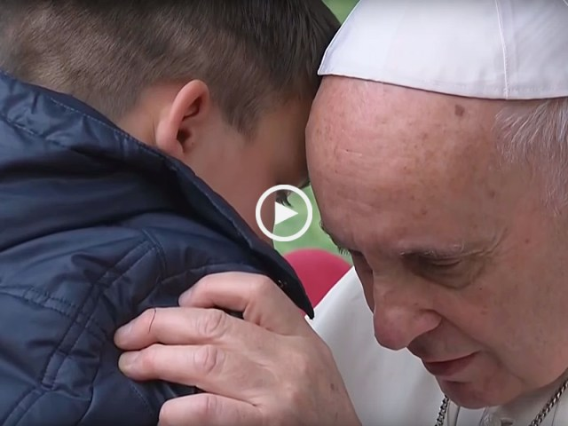 'O meu pai está no Céu?' Papa abraça menino que chorava morte do pai ateu