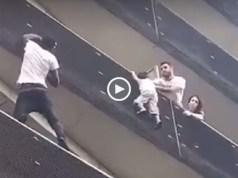 Criança pendurada em prédio salva por 'herói' em França
