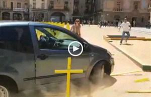 Carro entra a alta velocidade numa praça em Barcelona
