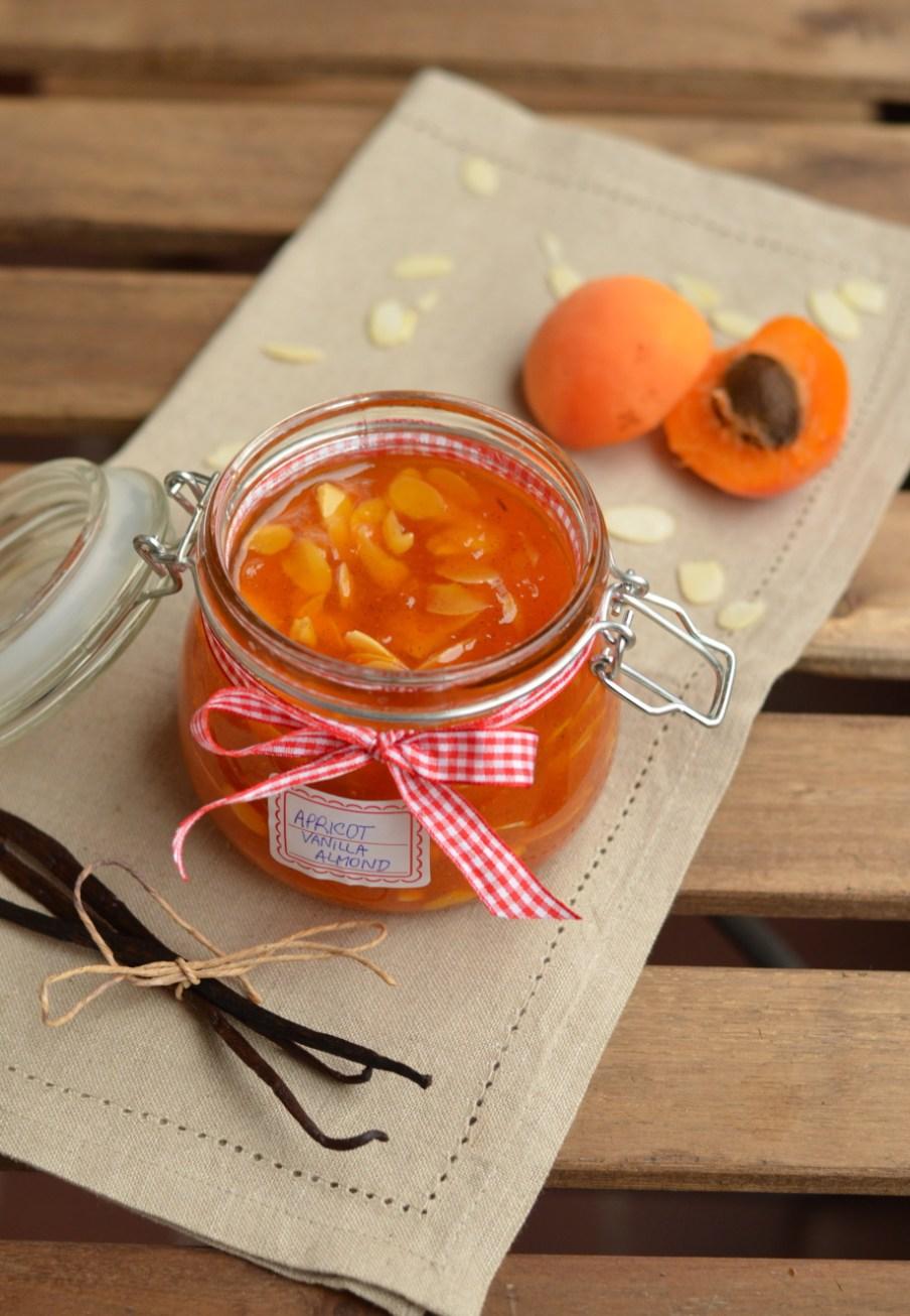 Gurmánský meruňkový džem s vanilkou a mandličkami, jež ho pozdvihnou na vyšší úroveň a vy nejspíš zjistíte, že lepší meruňkový džem jste ještě nejedli!