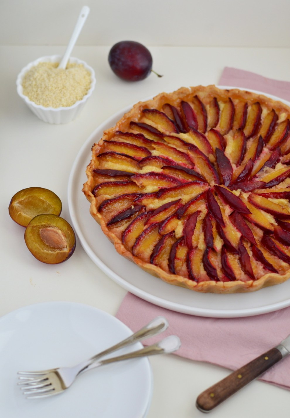 """Švestkový koláč s mandlovou náplní je moc dobrý koláč z tvrdšího těsta plněný tzv. """"frangipane"""" čili směsí mandlí, másla a cukru, pokladený plátky švestek."""