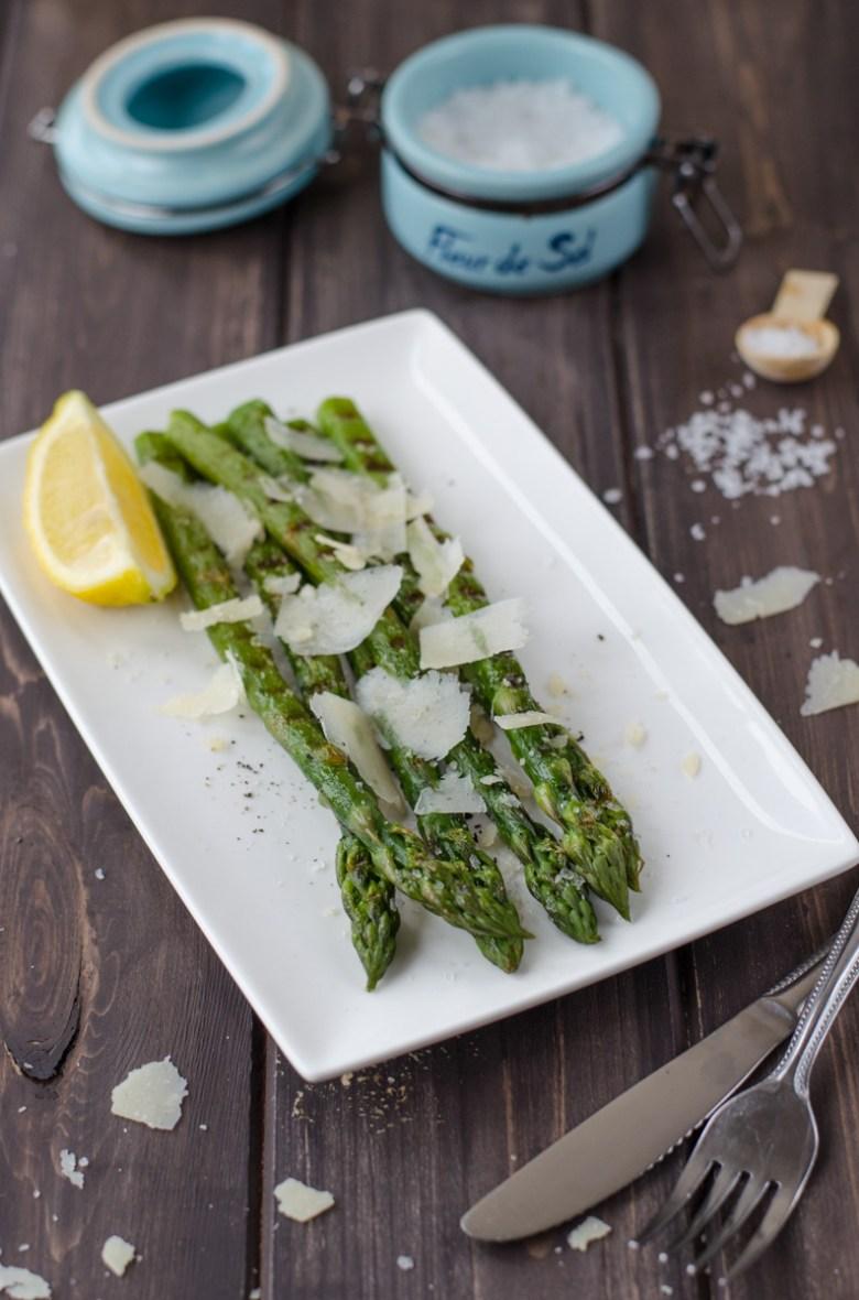 """Grilovaný chřest """"a la plancha"""" je krátce povařený zelený chřest, grilovaný na """"plancha"""" grilu a servírovaný s krystalovou solí fleur de sel a parmezánem."""