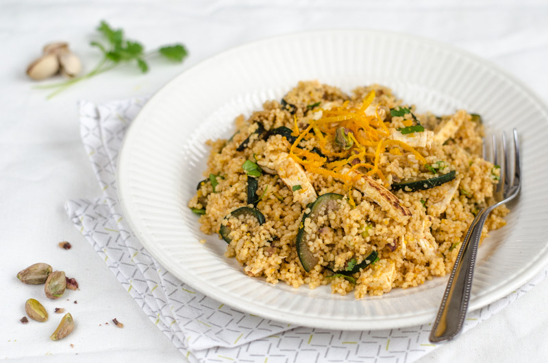 Kuskus se šmakounem, cuketami, pistáciemi a lehce pikantní pomerančovou šťávou je jednoduše připravený, chutný a šťavnatý kuskus, vhodný jako hlavní chod.